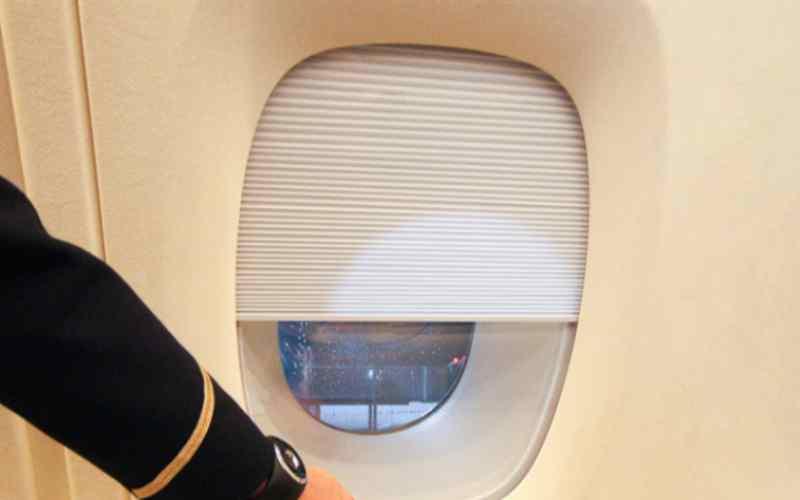 Почему во время взлета и посадки самолета просят поднимать шторки иллюминатора?