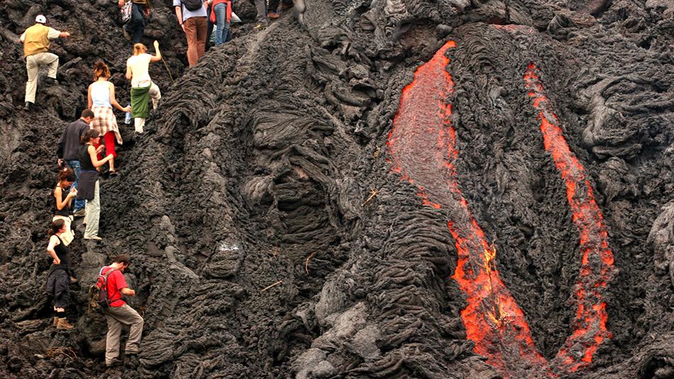 Действующий вулкан Пакая в Гватемале