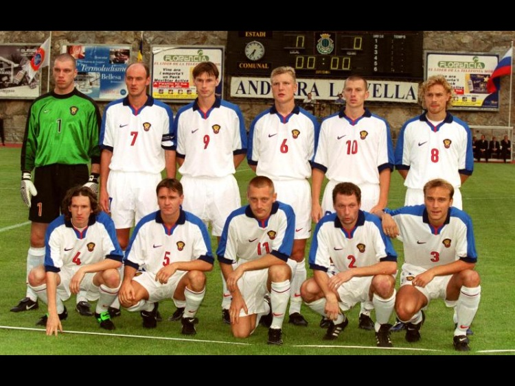 На фото команда не из 90-х, но яркий пример традиции.