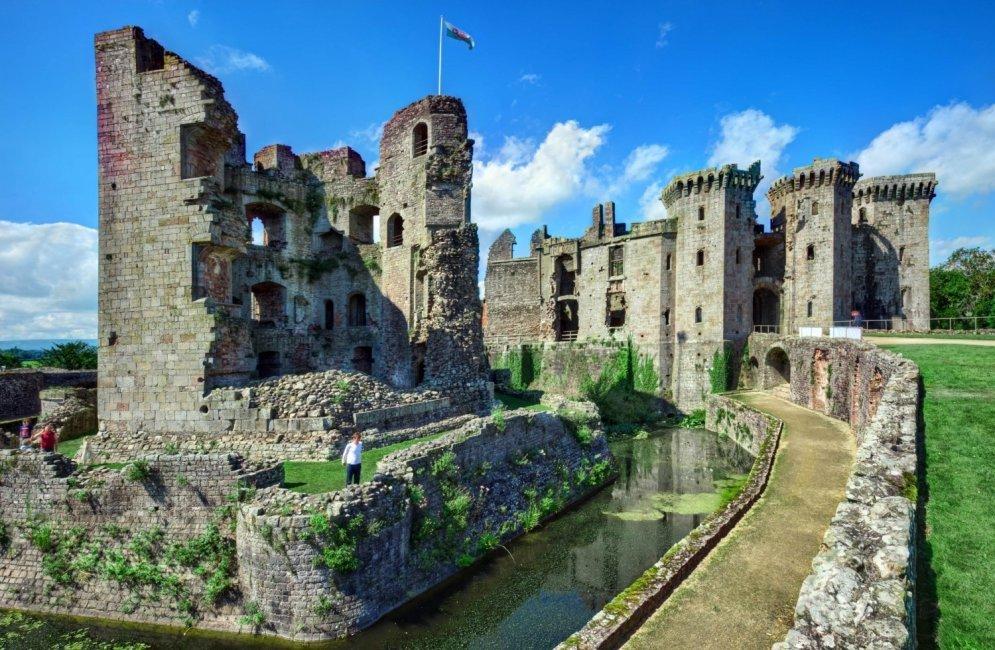 Замок Раглан. Находится на в юго-восточном Уэльсе, в графстве Монмутшир.