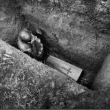 Почему умерших людей хоронят в могилы глубиной два метра?