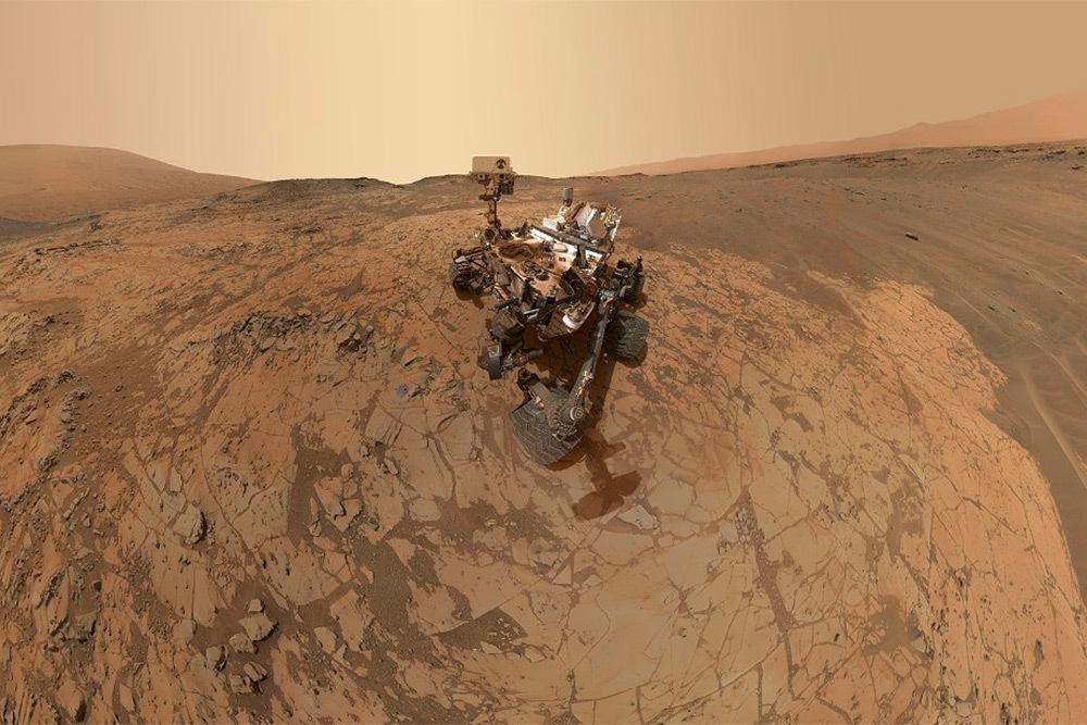 Марсоход Curiosity космического агентства NASA периодически присылает селфи с Марса. Автопортрет на Марсе в районе горы Шарп