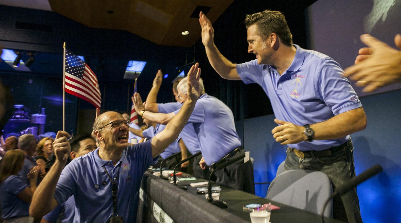 6 августа 2012 года. Сотрудники NASA радуются успешной посадке Curiosity на поверхность Марса