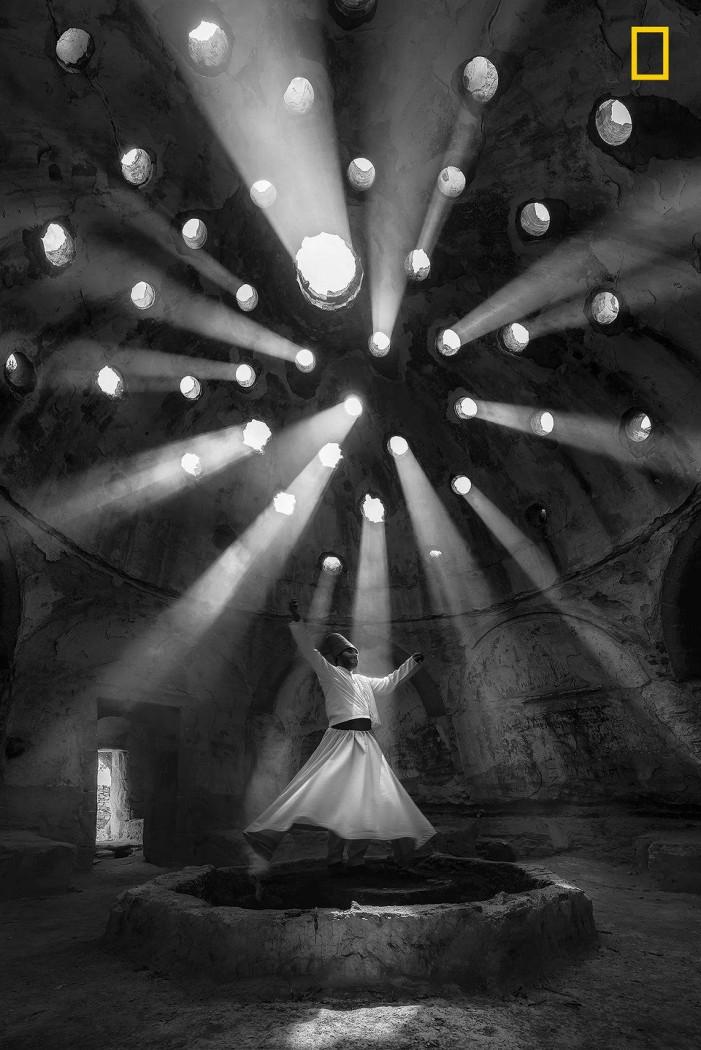 Дервиш, танцующий в храме Фото: F. Dilek Uyar