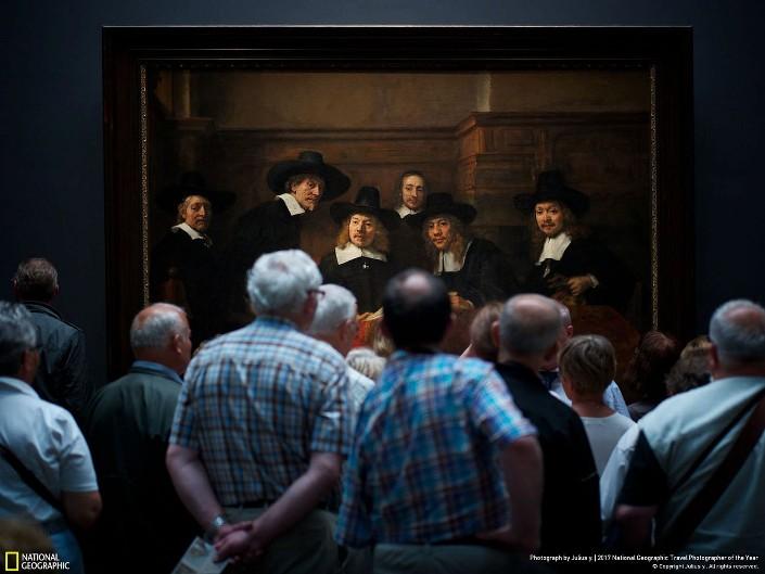 Посетители музея у картины Рембрандта «Синдики». Фото: Julius Y