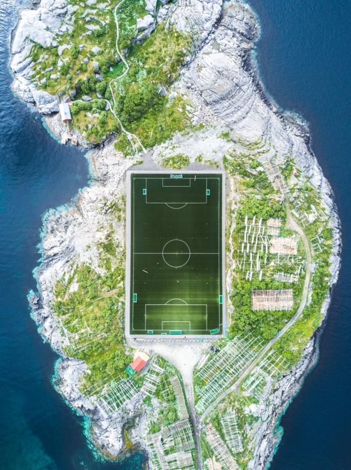 Футбольное поле, Лофотенские острова, Норвегия. Фото: Misha De-Stroyev