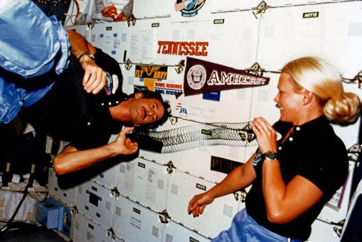 Астронавт Маргарет Седдон вместе со своим мужем, Хутом Гибсоном, играют со слинки на борту космического челнока в 1985 году
