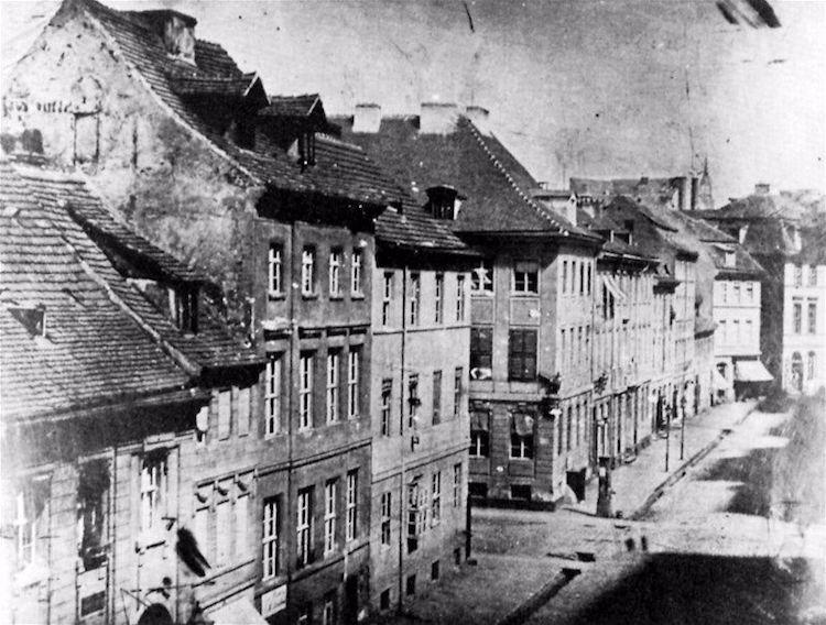 Это 1840-й вид Лейпцигер-штрассе в Берлине также показывает шпиль Marienkirche на заднем плане.