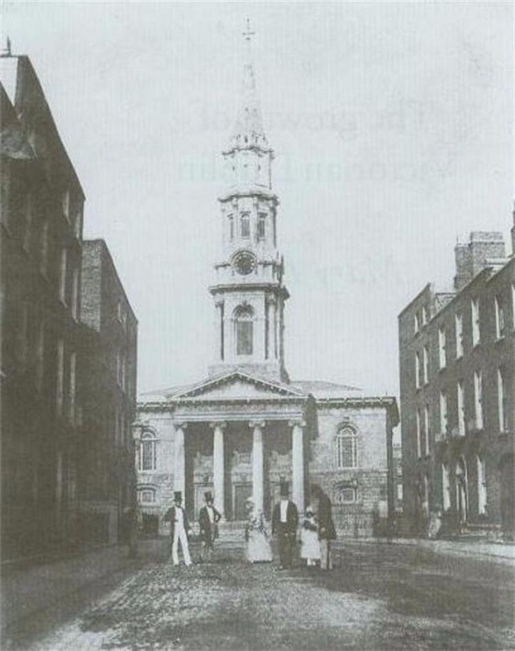 Самая ранняя фотография Дублина, снятая в 1848 году, показывает группу, поставленную перед церковью Св. Георгия, бывшей церковью прихода церкви Ирландии, расположенной в Харде