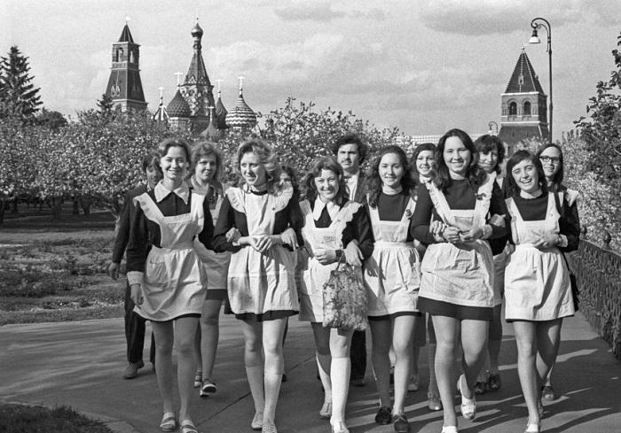 Советские школьницы в коротких юбках.