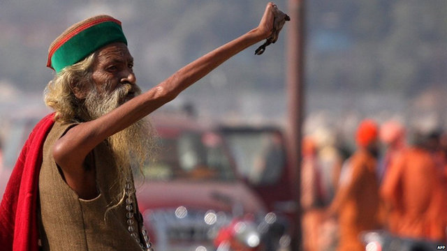 Амар Бхарати держит руку поднятойвотуже 43 года