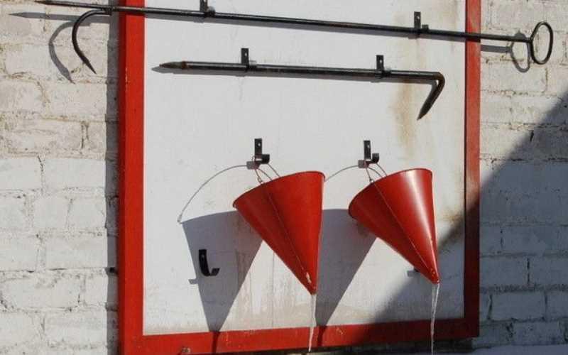 Почему ведра на пожарных щитах делают конической формы