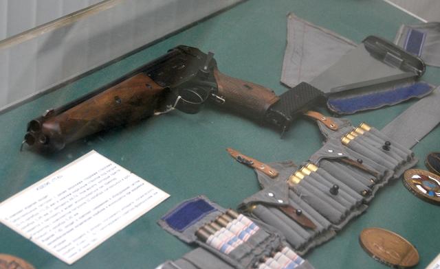 TП-82 — трехствольный пистолет с мачете на прикладе
