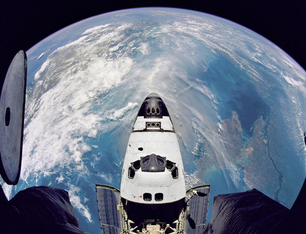 челнока США «Атлантис», сделанный с борта космической станции «Мир»
