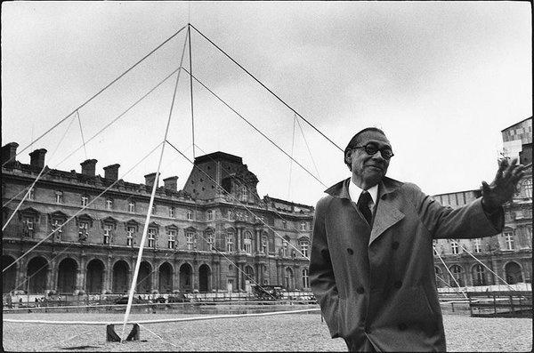 Архитектор И. М. Пей перед Лувром в Париже