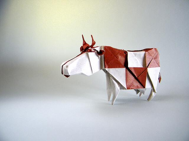 Красная и белая корова из бумаги