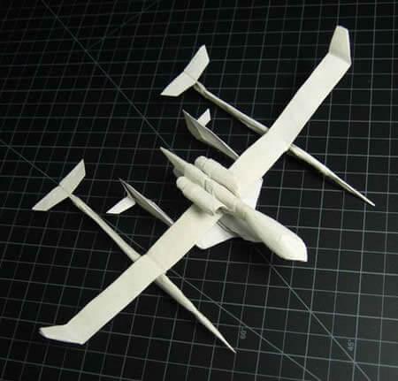 Модель самолета сделана полностью из бумаги