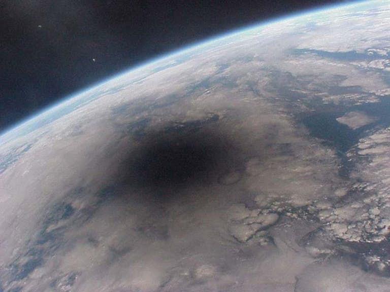 Тень луны на земле во время солнечного затмения