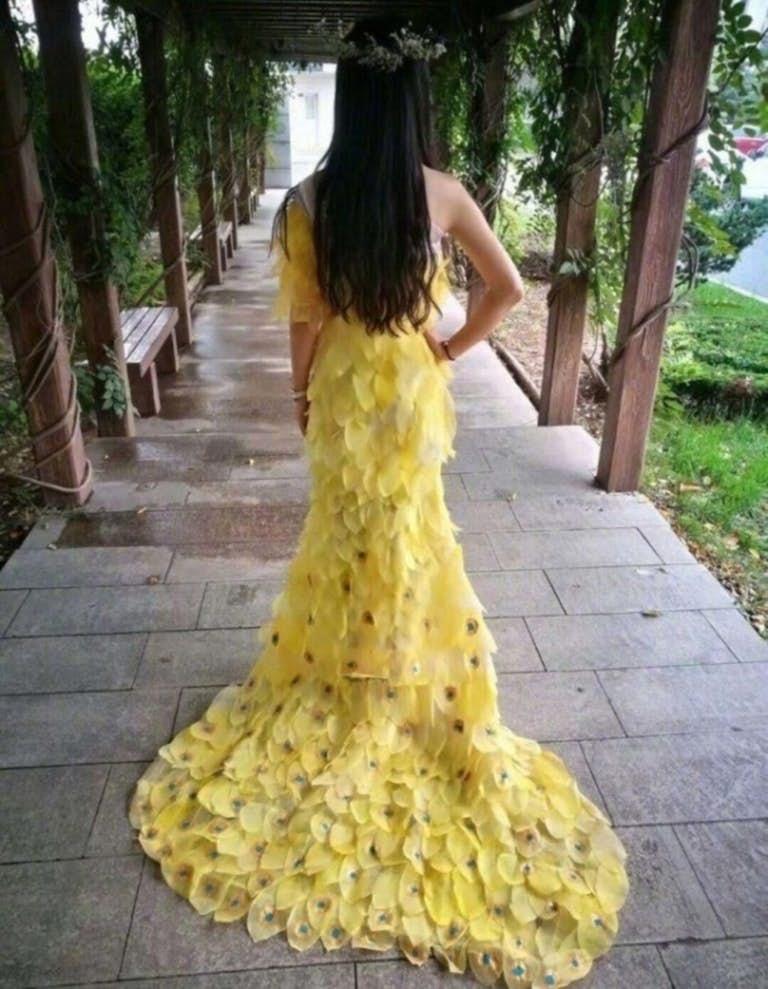 Платье, сделанное из листьев растений