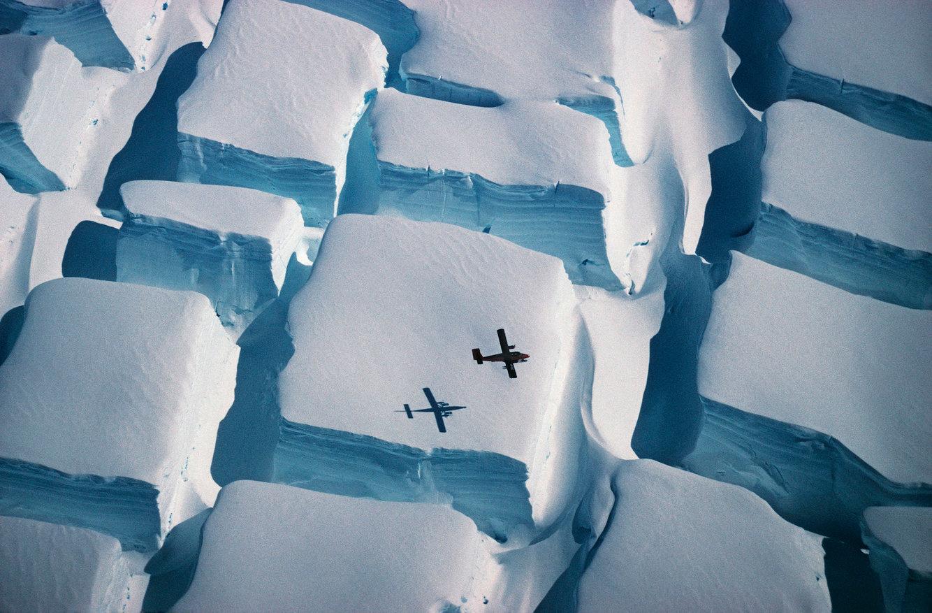 самолет над потрескавшимся ледяным покровом