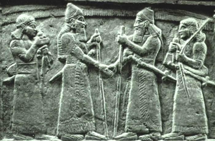 Барельеф, рукопожатие короля ассирийцев Салмананасара III и вавилонского царя Мардук-закир-шуми I.