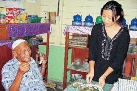 пара из Малайзии. Жене 22 года, а мужу 105 лет