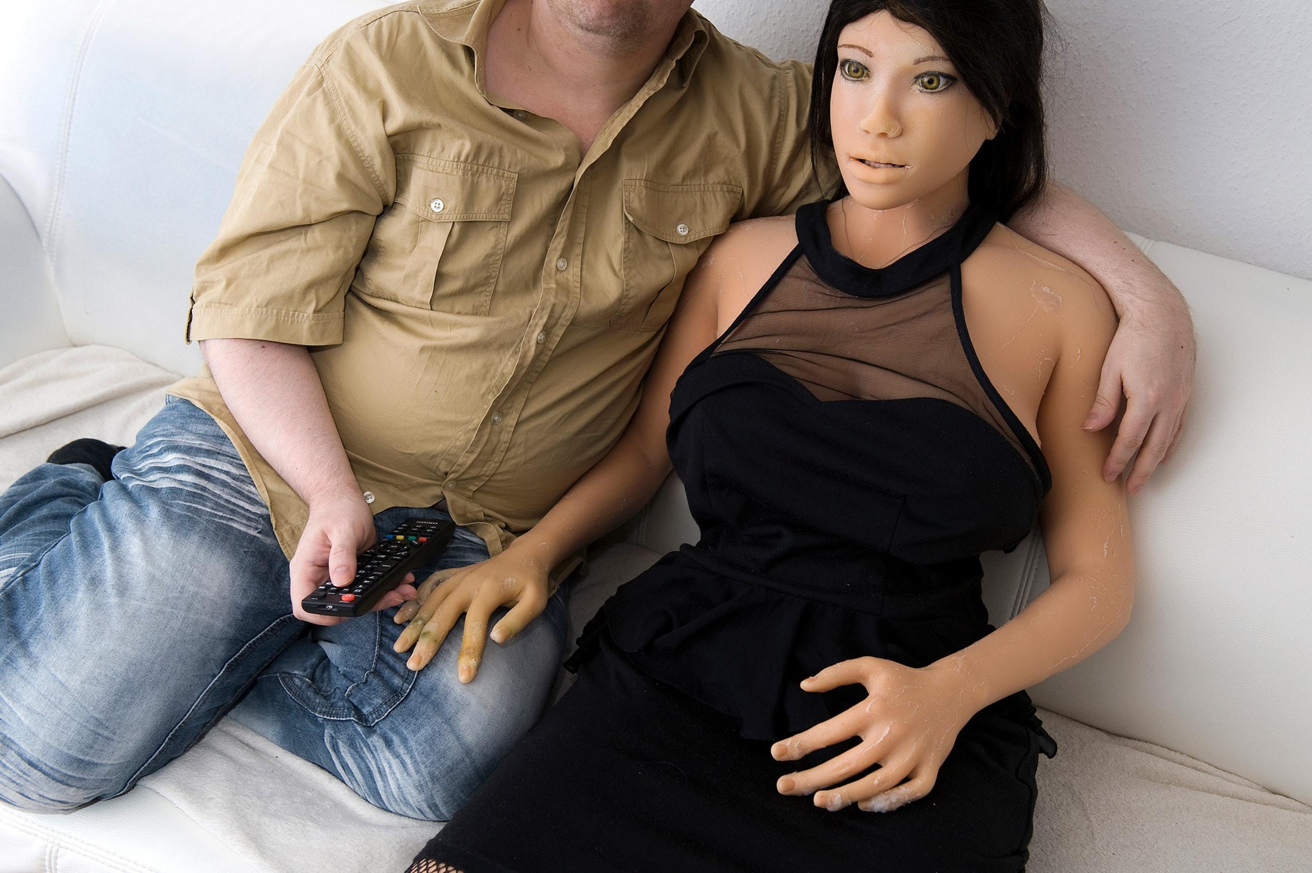 Мужик и силиконовая баба, два негра жарят белого парня порно