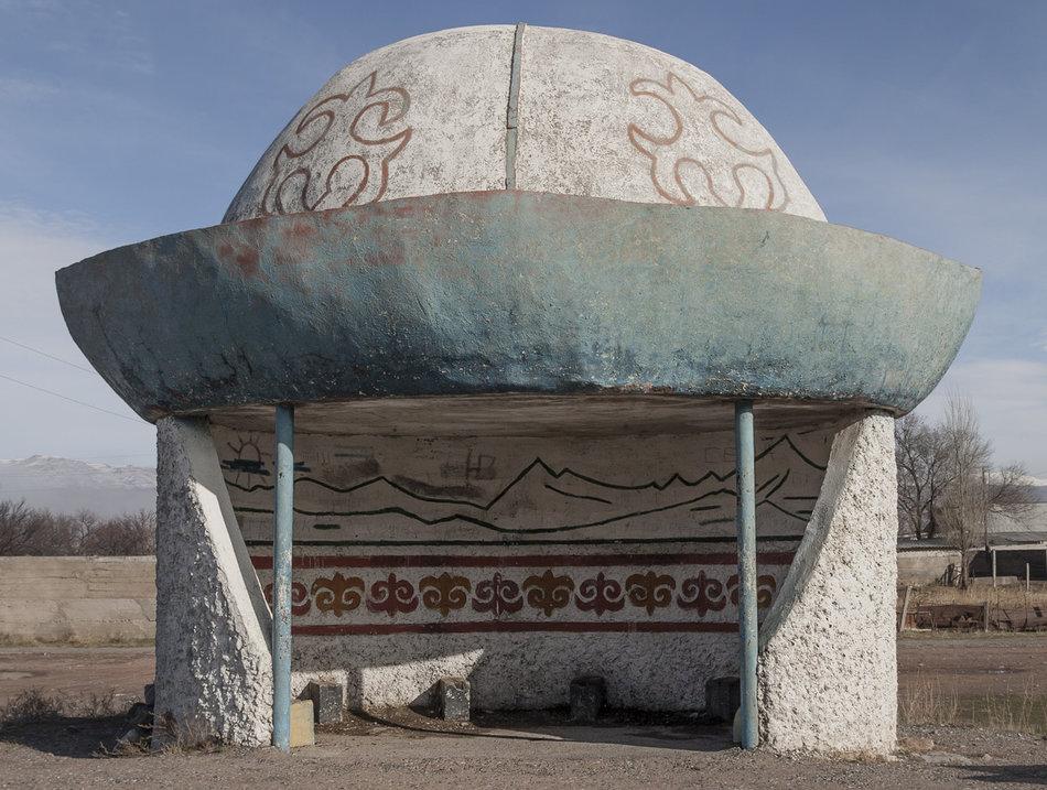 Фотограф: Кристофер Хервиг (Christopher Herwig). Советская автобусная остановка — Киргизия, г. Балыкчи