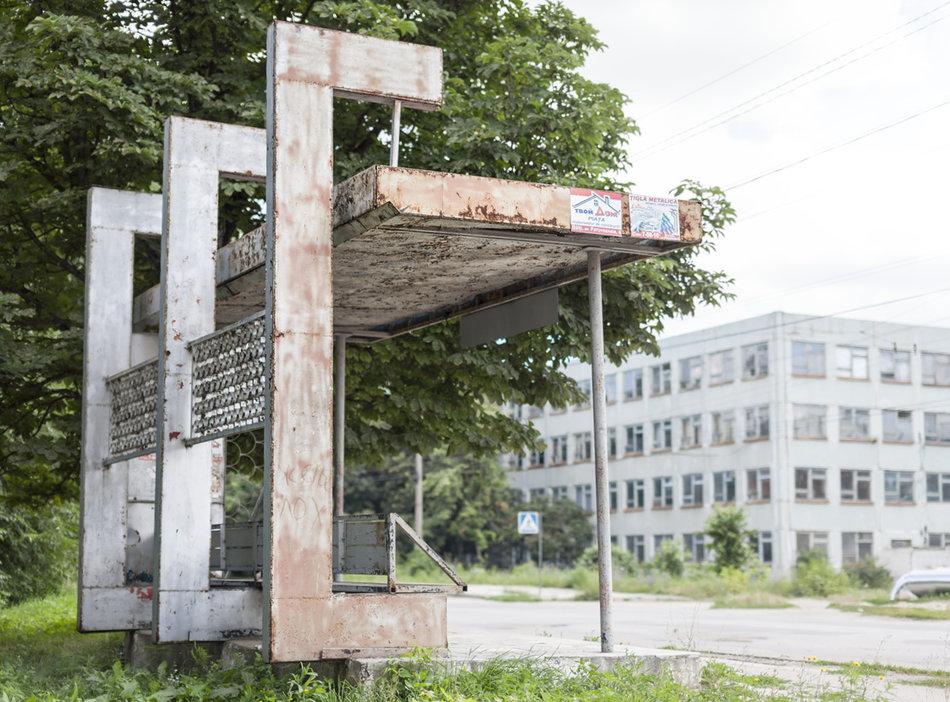 Фотограф: Кристофер Хервиг (Christopher Herwig). Советская автобусная остановка — Молдова, г. Бельцы