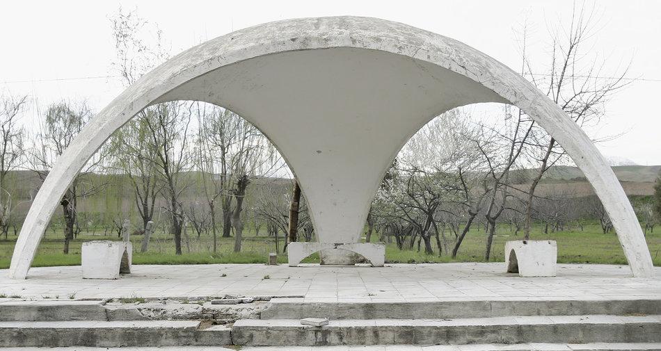 Фотограф: Кристофер Хервиг (Christopher Herwig). Советская автобусная остановка — Таджикистан, г. Турсунзаде