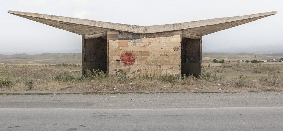 Фотограф: Кристофер Хервиг (Christopher Herwig). Советская автобусная остановка — Армения, г. Саратак
