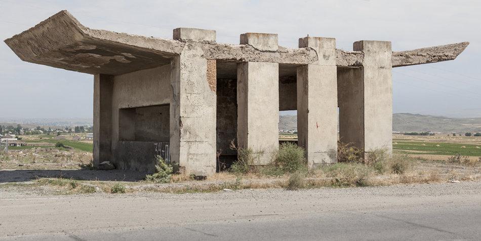 Фотограф: Кристофер Хервиг (Christopher Herwig). Советская автобусная остановка — Армения, г. Саратак №2
