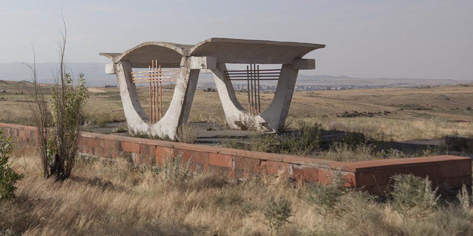 Фотограф: Кристофер Хервиг (Christopher Herwig). Советская автобусная остановка — Армения, г. Ереван