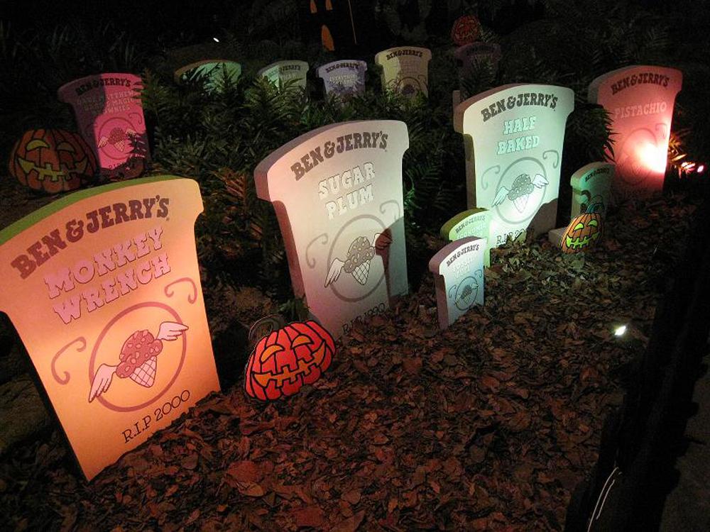 кладбище, состоящее из множества пластиковых надгробий, на которых написаны название мороженого