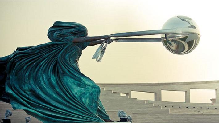 скульптура бросает вызов гравитации (1)