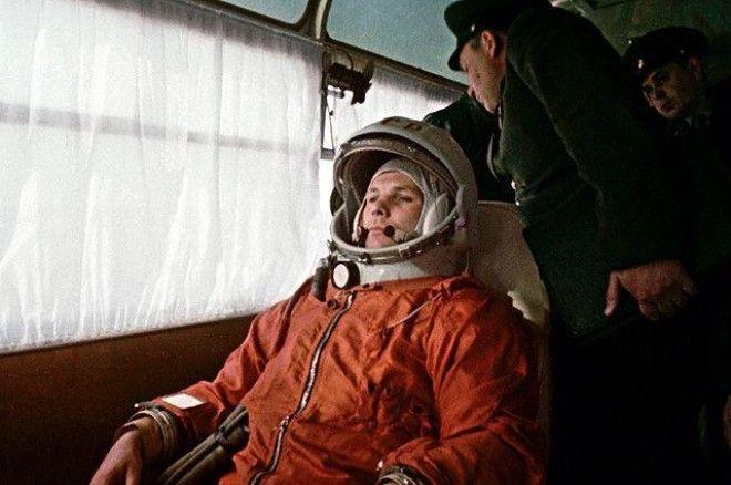Космонавт Юрий Гагарин направляется в автобусе на космодром Байконур 12 апреля 1961 года.