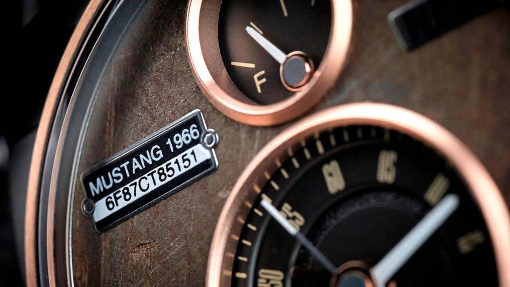 На циферблате каждых часов закреплена плашка с серийным номером автомобиля