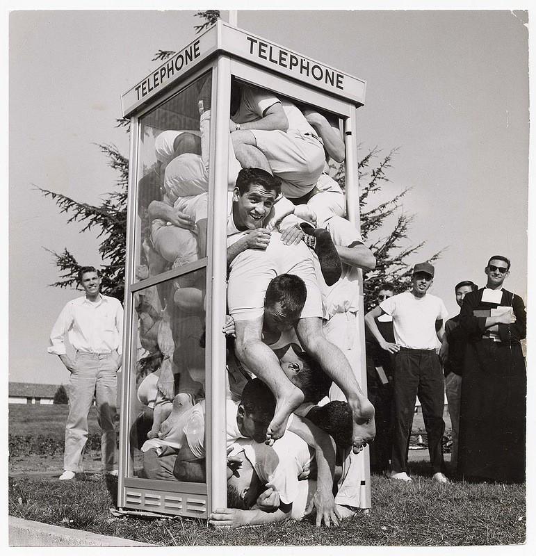 Сколько людей можно поместить в телефонную будку
