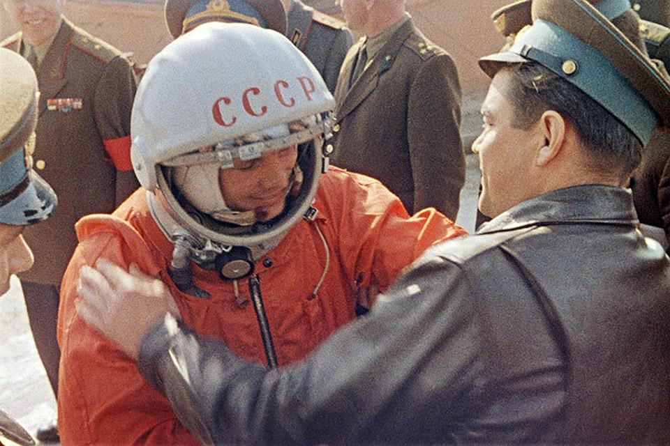 надпись «СССР» на шлеме космонавта