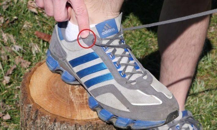 Дополнительные отверстия для шнуровки кроссовок
