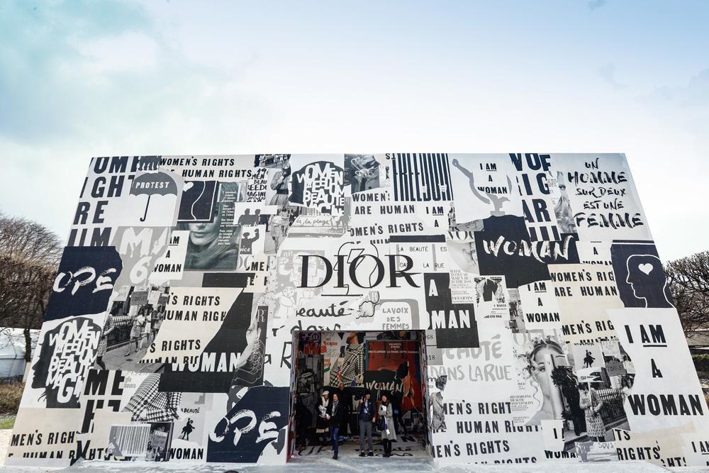 Dior обклеили павильонфеминистскими плакатами