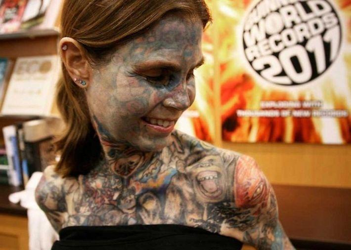Джулия Гнус является самой татуированной женщиной в мире
