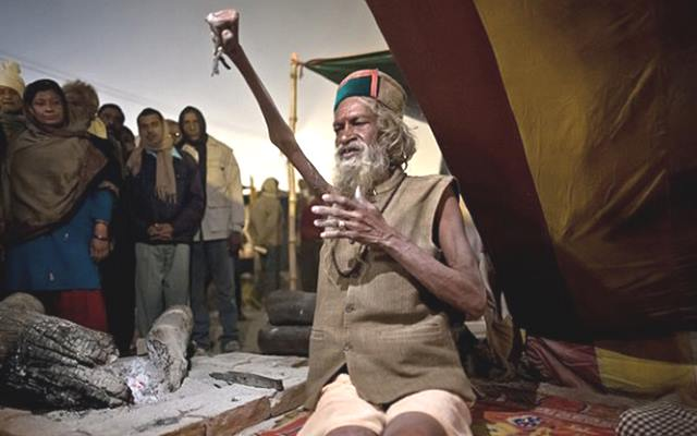 Индус держитруку поднятой, во имя мира уже 45 лет