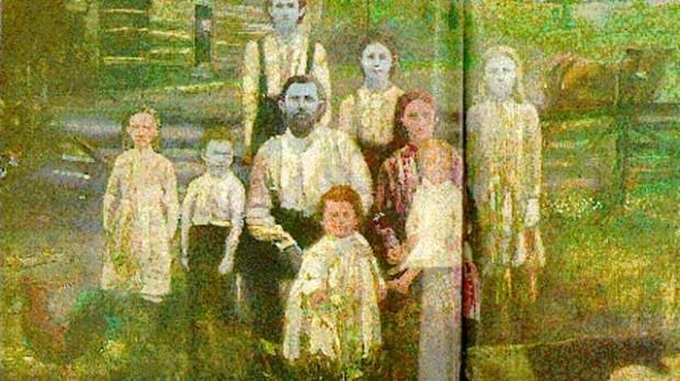 Семья людей с синей кожей