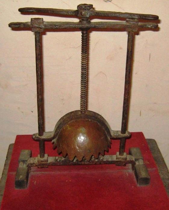 Средневековое орудие пыток для дробления головы.