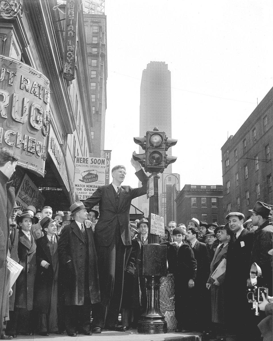 Уодлоу на пешеходном переходе, окруженный толпой в Нью-Йорке, 1937 г.