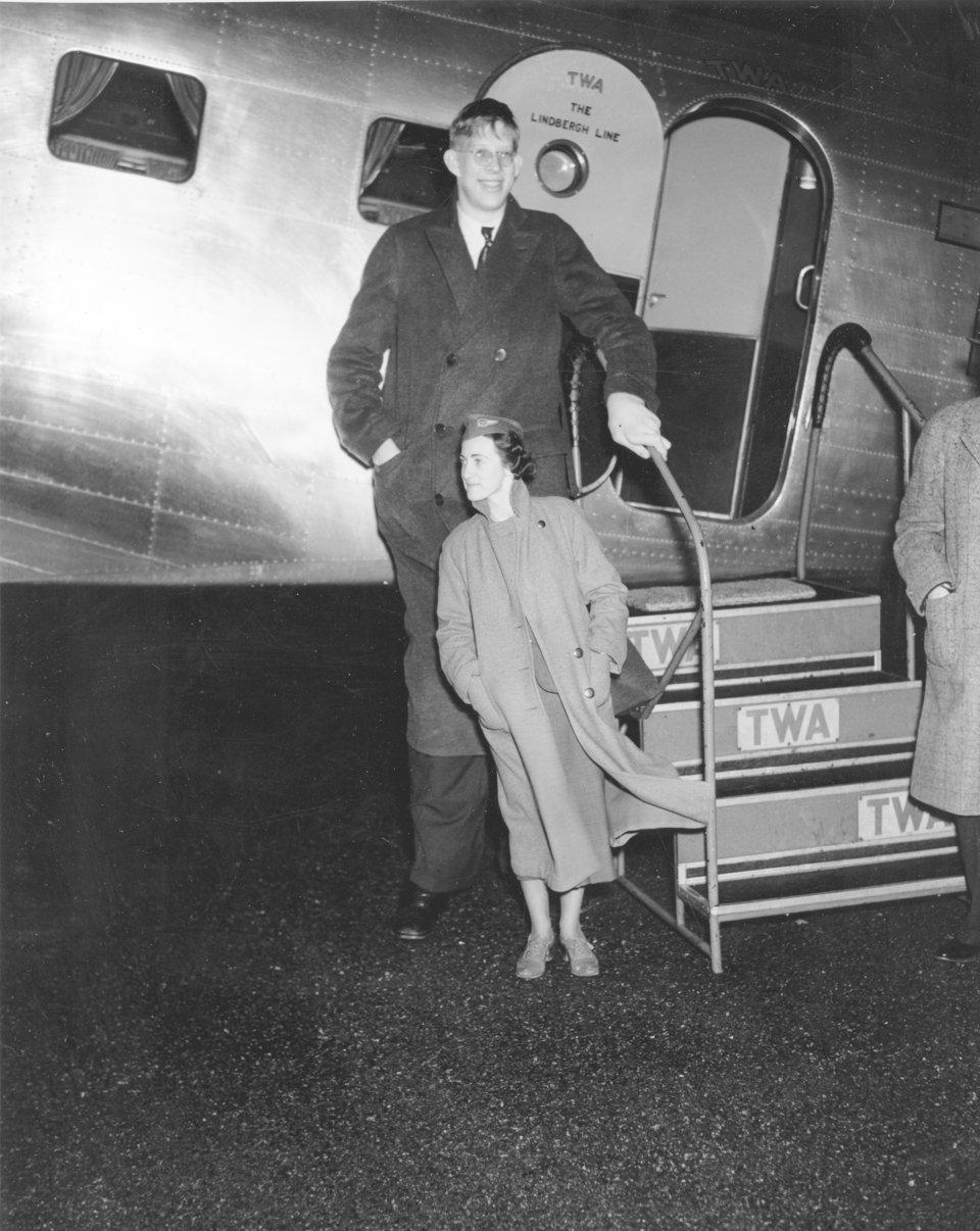 Роберт Уодлоу со стюардессой у самолета в Нью-Йорке, 1937 г.