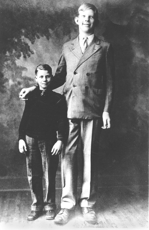 Роберту — 10 лет. Рост — 1,95 м.