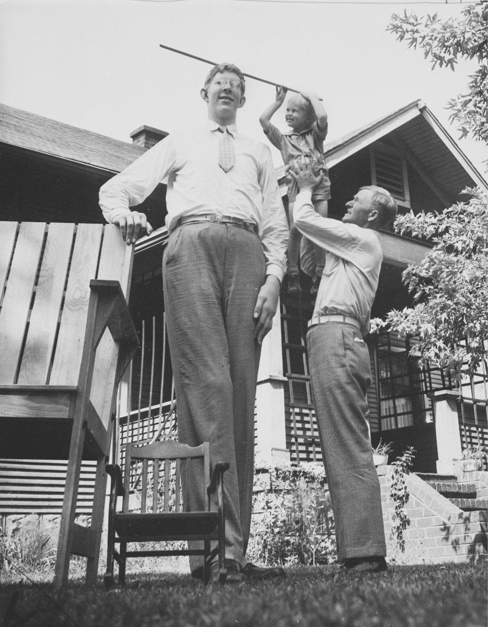 На фото Роберт со своим отцом и младшим братом в 1937 г