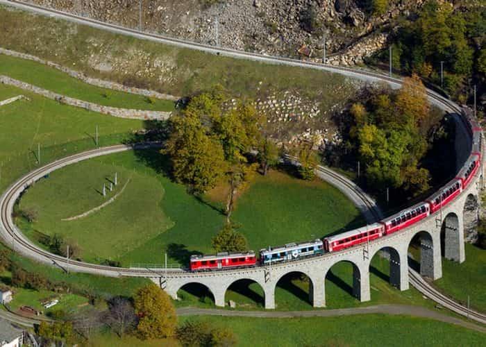 Поезд, проходящий через спиральный виадук